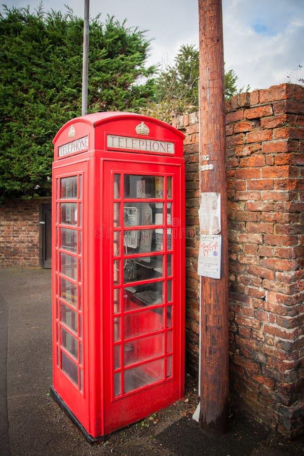Brittisk röd traditionell telefonask arkivfoton