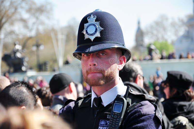 brittisk tjänstemanpolisstående fotografering för bildbyråer