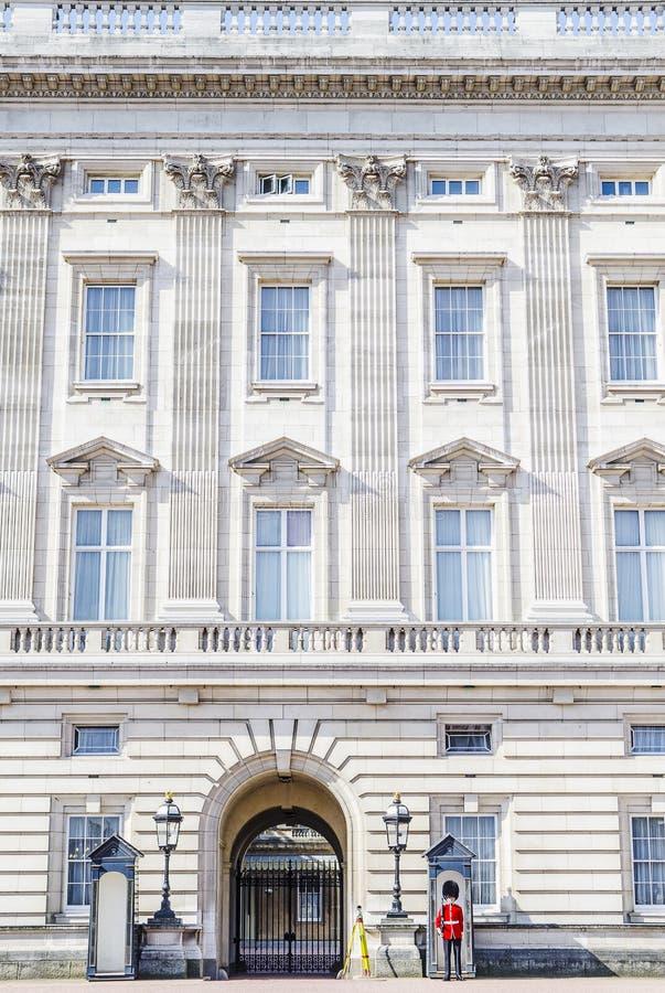 Brittiska kunglig personvakter på ingången av Buckingham Palace royaltyfri foto