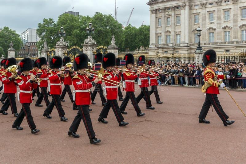 Brittiska kungliga vakter utför ändra av vakten i Buckingham Palace, London, England, Gre royaltyfri fotografi