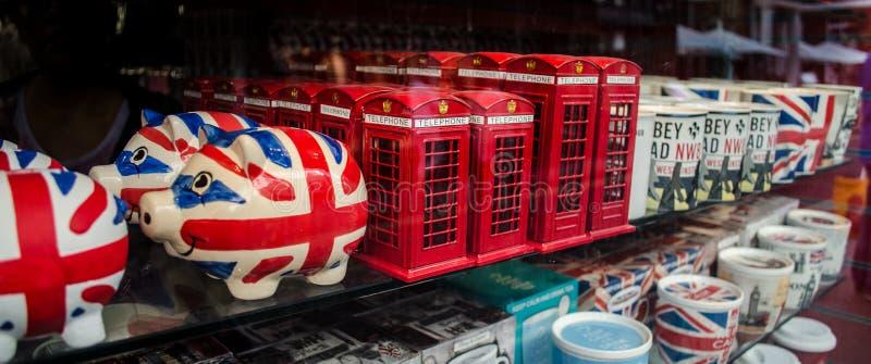 Brittiska souvenir shoppar in fönstret royaltyfri bild