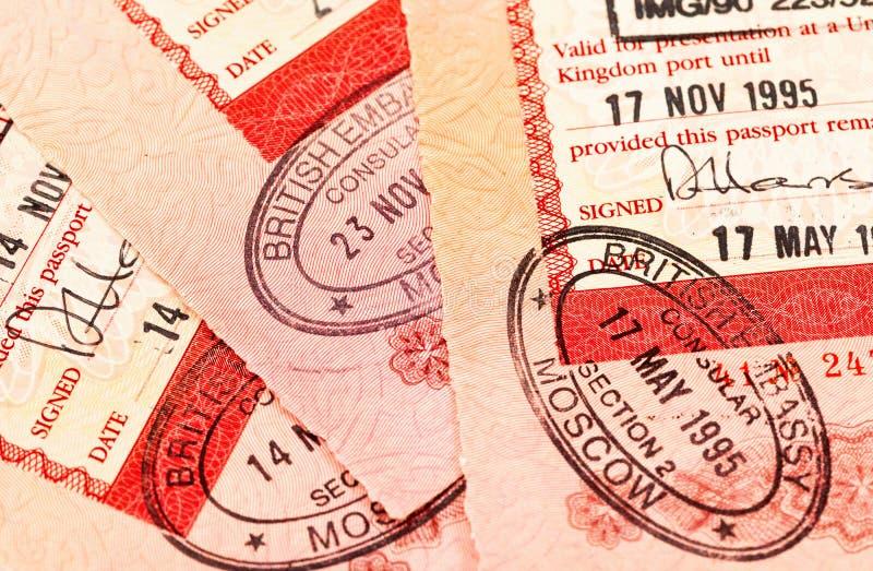 Brittiska visastämplar i pass arkivbild
