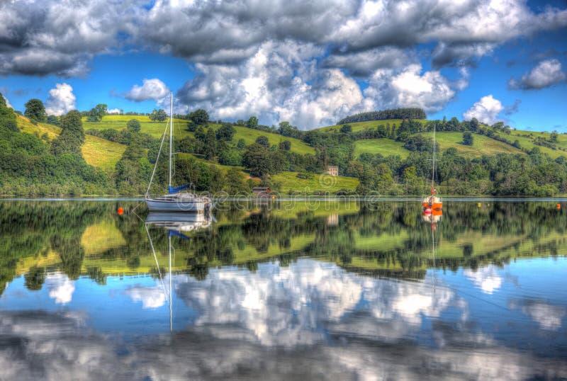 Brittiskt sjöområde England UK på Ullswater med segelbåtberg och moln på härlig fortfarande sommardag royaltyfri bild