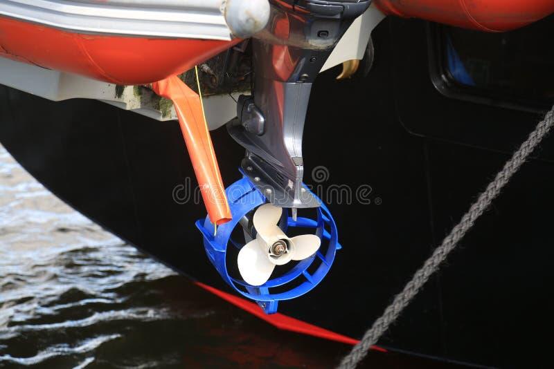Brittiskt skydd för cirkel för rojalist för utbildningsskepp av propellern av utombordsmotorn royaltyfri foto
