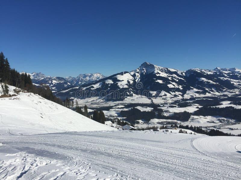 Brixen Im Thale - esqui com uma vista imagens de stock
