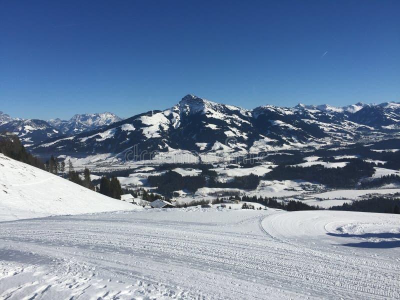 Brixen Im Thale - ski avec une vue photographie stock libre de droits
