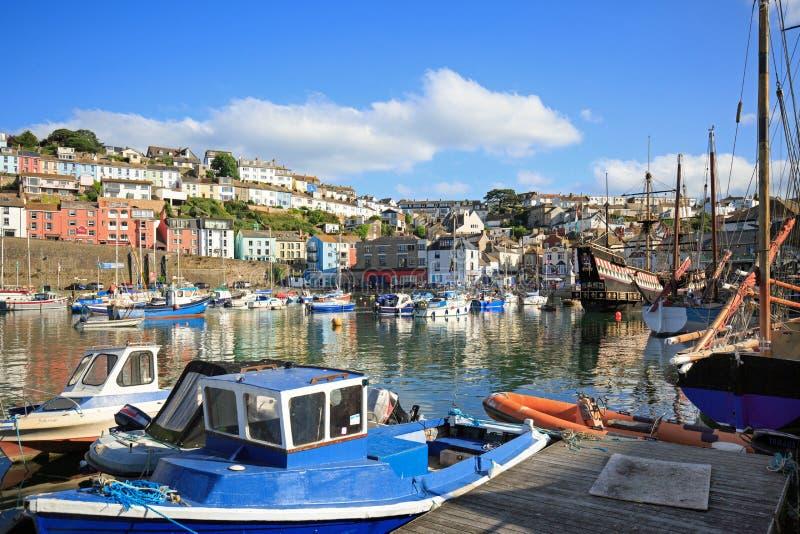 Brixham är en livlig fiskehamn och tilldrar ett stort antal turister i sommarsäsongen, Devon, England, Juli 2016 arkivbilder