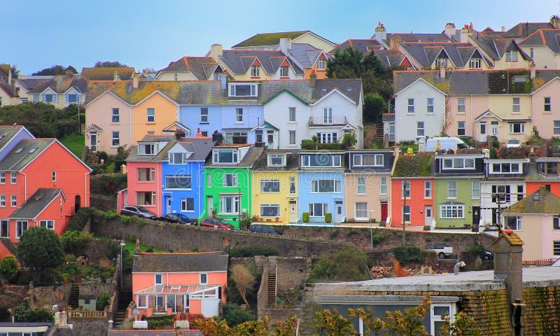 BRIXHAM, DEVON, HET UK, 02 NOV. 2015: Kleurrijke huizen boven de schilderachtige haven in Brixham stock fotografie