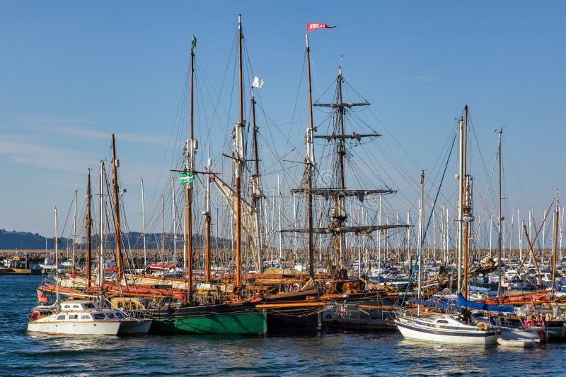 BRIXHAM, DEVON/UK - 28 JULI: Lange die schepen in Brixham worden verankerd har stock foto