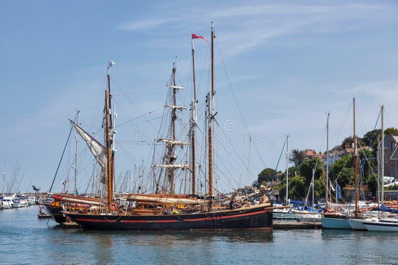 BRIXHAM, DEVON/UK - 28 JULI: Mening van de lange schepen in haven royalty-vrije stock foto