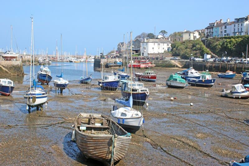 Brixham hamn, Devon på lågvatten royaltyfria bilder