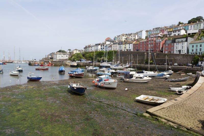 Brixham hamn på lågvatten, Devon, UK arkivbilder