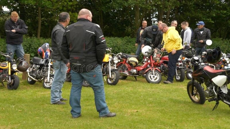 Brixworth, England, Großbritannien - 27. Mai: nicht identifizierte Minimotorradradfahrer in Brixworth-Nationalpark stock footage