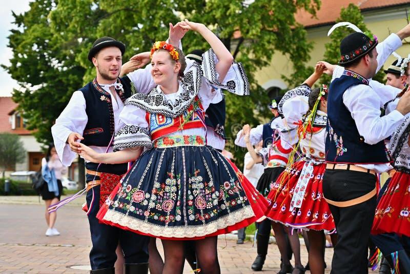 Brno - Bystrc, Tjeckien, Juni 22, 2019 Folk festival för traditionell tjeckisk festmåltid Flickor och pojkar som dansar i härliga arkivfoto