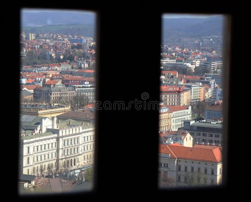 Brno door het venster stock fotografie