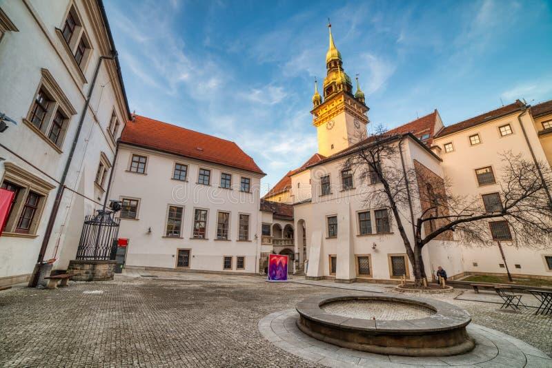 Brno gammalt stadshus med en liten fyrkant och gammalt torn på solnedgången, Tjeckien royaltyfri bild