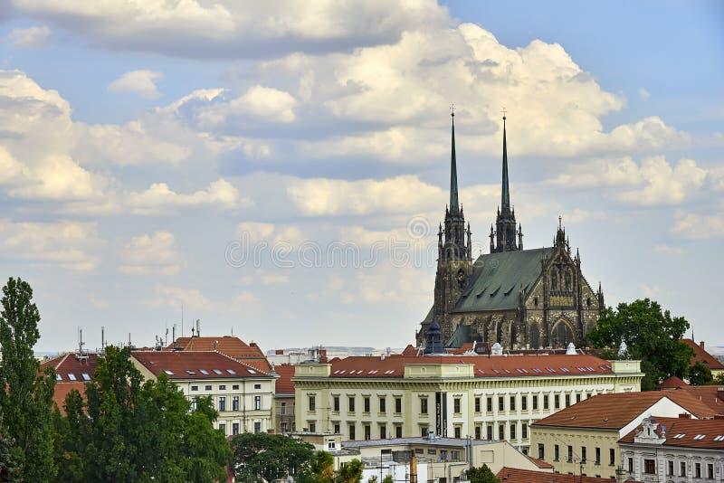 Brno, Kathedrale von Heiligen Peter und Paul an der sonniger Tagesansicht von Spilberk-Schloss stockfotos