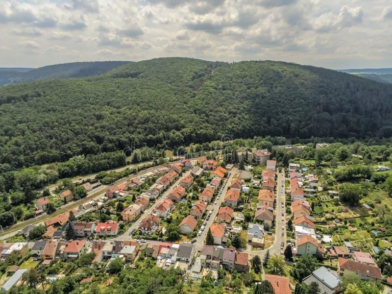 Brno-Komin het noordwestelijke district van Brno hierboven, Tsjechische Republiek stock afbeelding