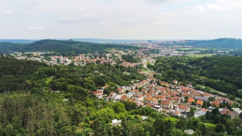 Brno-Komin het noordwestelijke district van Brno hierboven, Tsjechische Republiek stock fotografie