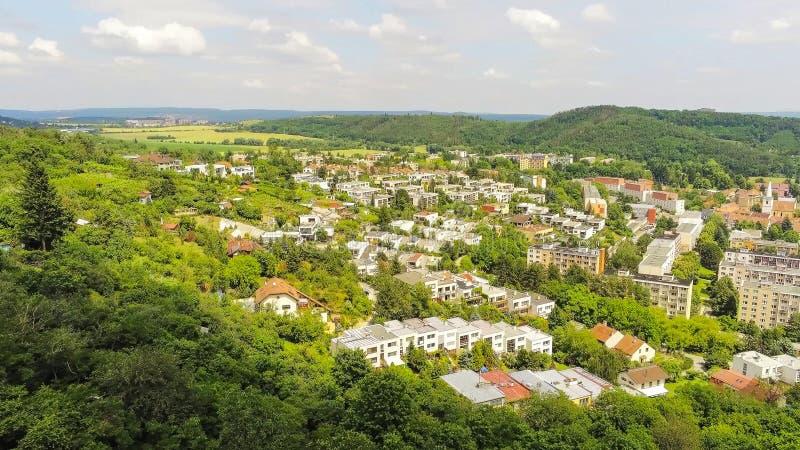 Brno-Komin het noordwestelijke district van Brno hierboven, Tsjechische Republiek stock afbeeldingen