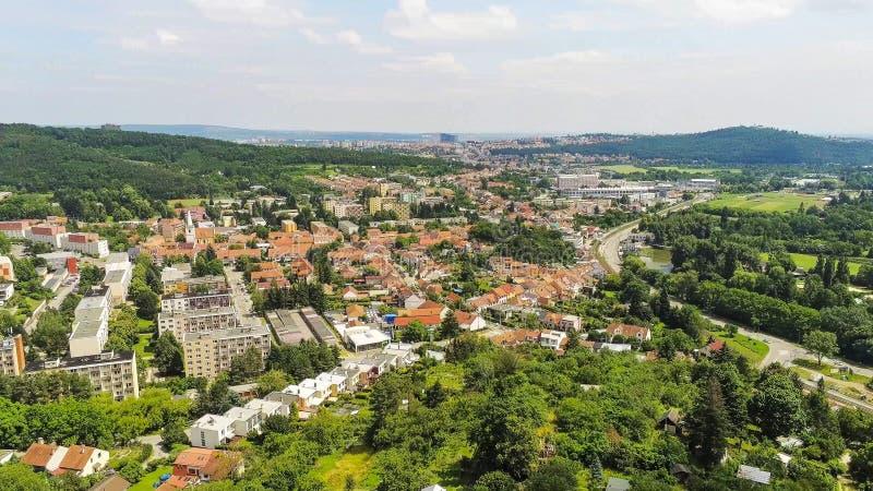 Brno-Komin het noordwestelijke district van Brno hierboven, Tsjechische Republiek royalty-vrije stock fotografie