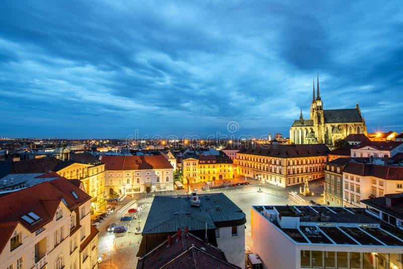 Brno nachtcityscape mening, Tsjechische republiek royalty-vrije stock afbeeldingen