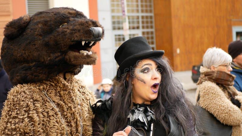 BRNO, REPÚBLICA CHECA, 29 DE FEBRERO DE 2020: Celebración de masopust carnavalesca máscaras desfile bruja hag o festival de carro imagenes de archivo