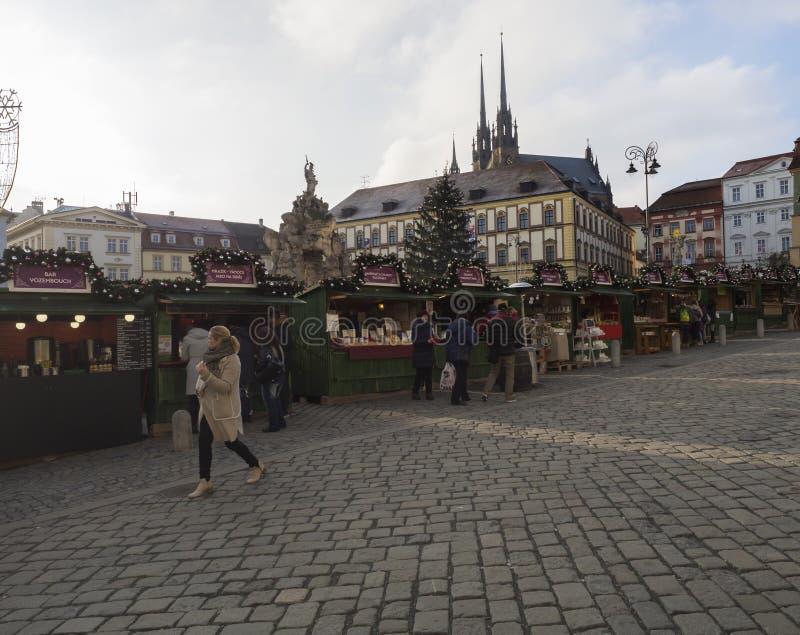 BRNO, REPÚBLICA CHECA, EL 14 DE DICIEMBRE DE 2018: Mercado de la Navidad en Zelny Trh, plaza del mercado con la parada del soport imagen de archivo