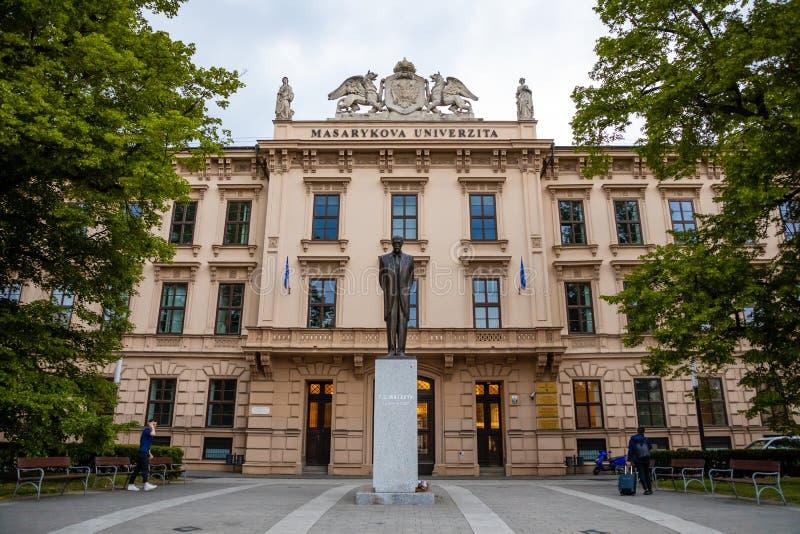 Brno, República Checa - 3 05 2019: Estatua de bronce del primer presidente checoslovaco Masaryk delante de Masaryk imagenes de archivo