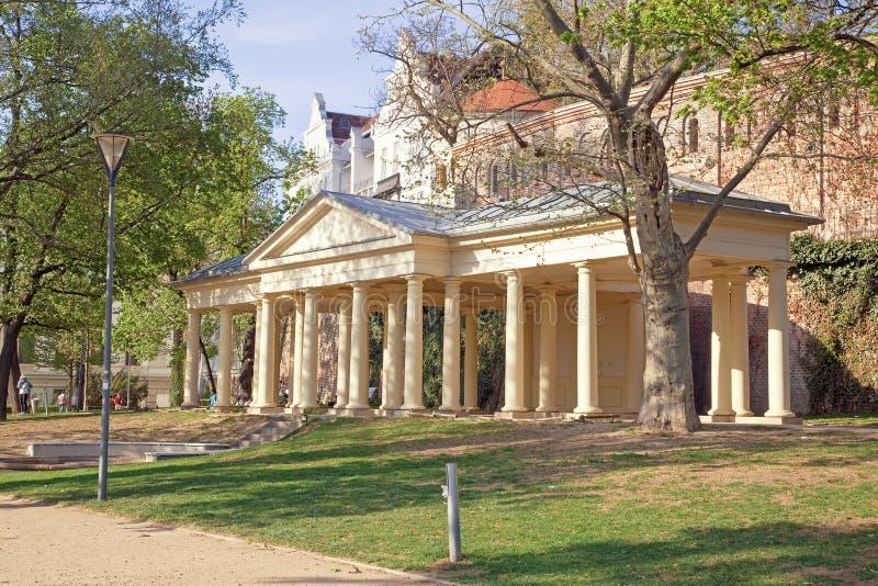 Brno. Tillgripa kolonnaden i parkera på den Petrov kullen royaltyfria bilder