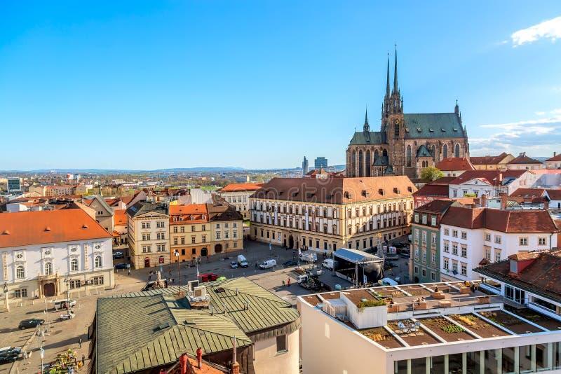 Brno Tjeckien - April, 2018: Domkyrka av St Peter och Paul i Brno, Moravia, Tjeckien med stadfyrkanten under soligt royaltyfri foto