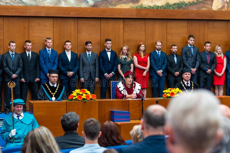 BRNO TJECKIEN - 12 7 2019: Avläggande av examenceremoni på det Masaryk universitetet i Brno Diplomcertifikatet förbereds på arkivbild