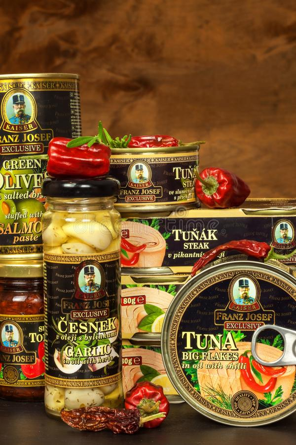 BRNO TJECKIEN - DECEMBER 16, 2017: Kaiser Franz Josef Exclusive Canned Tuna With chili Mat för gourmet Olik typnolla royaltyfri foto