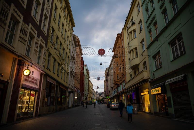 Brno Tjeckien - 3 05 2019: Folk som går i centrum i Brno Det finns en stor koncentration av diversehandel, stänger arkivbilder