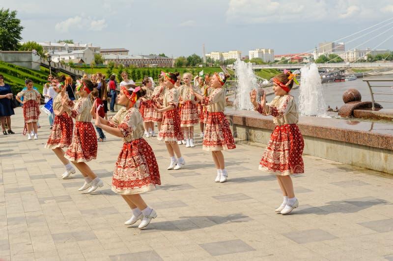 Brno Tjeckien Juni 25, 2017 Tjeckisk traditionell festmåltidtraditionsfolkdans och underhållning Flickor och pojkar in fotografering för bildbyråer