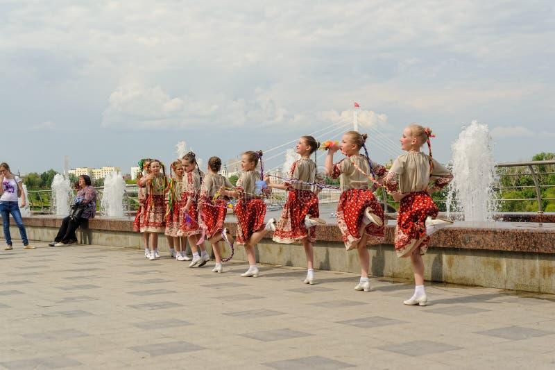 Brno Tjeckien Juni 25, 2017 Tjeckisk traditionell festmåltidtraditionsfolkdans och underhållning Flickor och pojkar in arkivbild