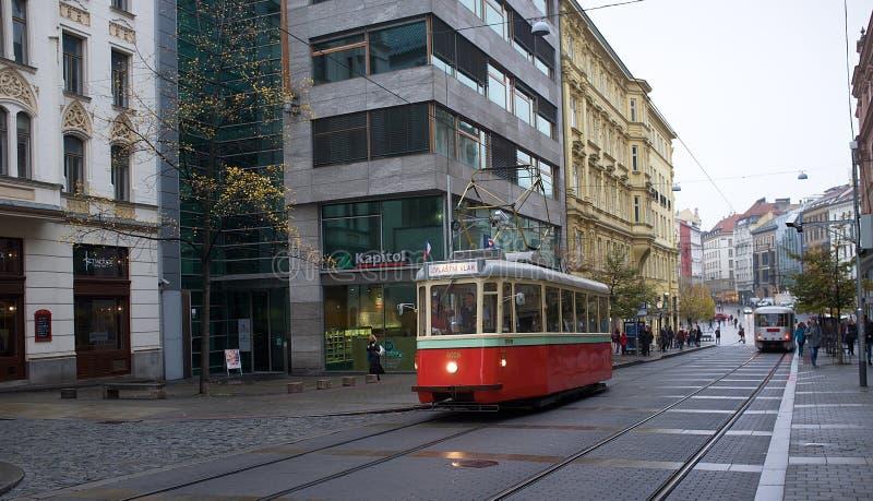 Brno - tramway rétro sur la vieille ville photos libres de droits