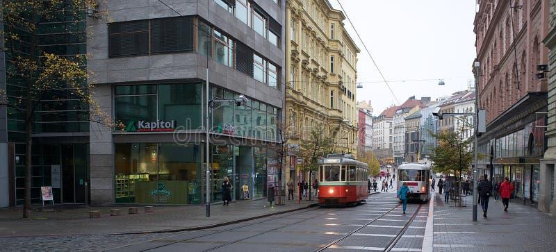 Brno - tramway rétro sur la vieille ville photo stock