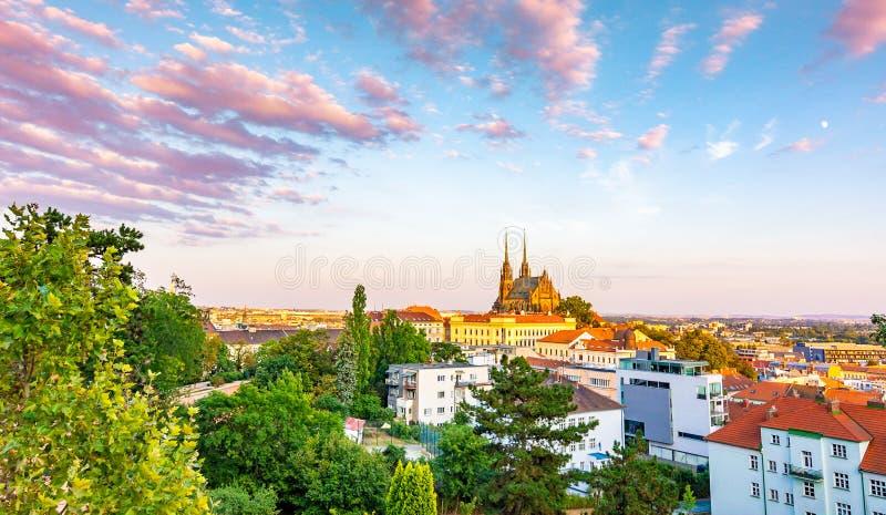 Brno, Tsjechische republiek: De zonsondergang over St Peter en de kathedraal Petrov van Paul in lokaal spreken Historische en oud royalty-vrije stock afbeelding