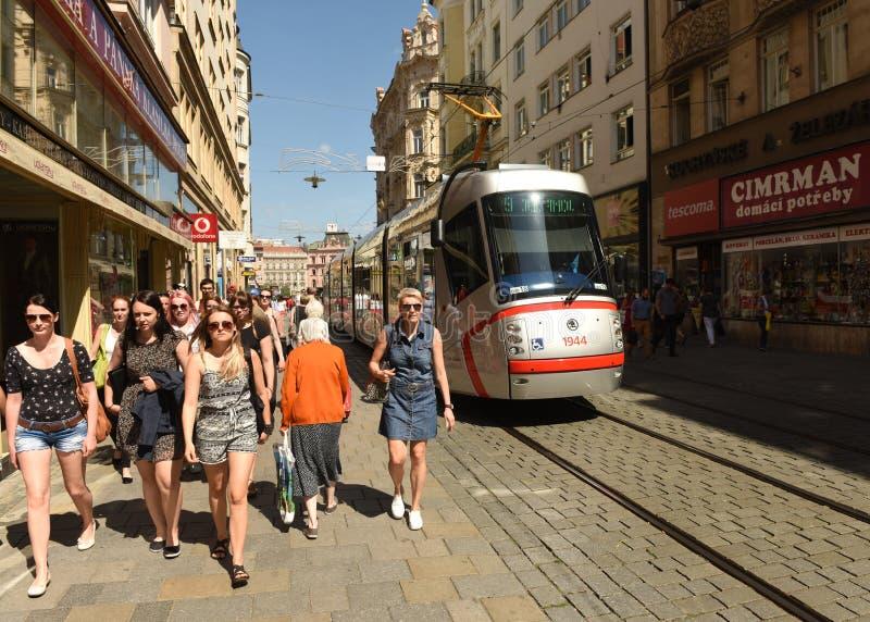 Brno, Tsjechische Republiek - 01 Juni, 2017: Mensen en tram in straat stock afbeelding