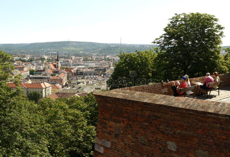 Brno, Tsjechische Republiek - 01 Juni, 2017: Toeristen in Spilberk Castl royalty-vrije stock afbeelding