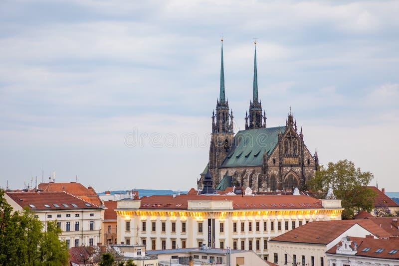 Brno, Tsjechische Republiek - 3 05 2019: Weergeven aan de rode daken van Brno stad met Kathedraal van Heiligen Peter en Paul Mora stock afbeelding