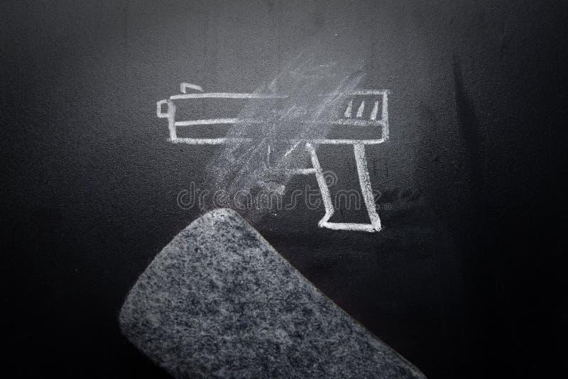 Broń remis wymazujący na blackboard - żadny przemoc pojęcie zdjęcia stock