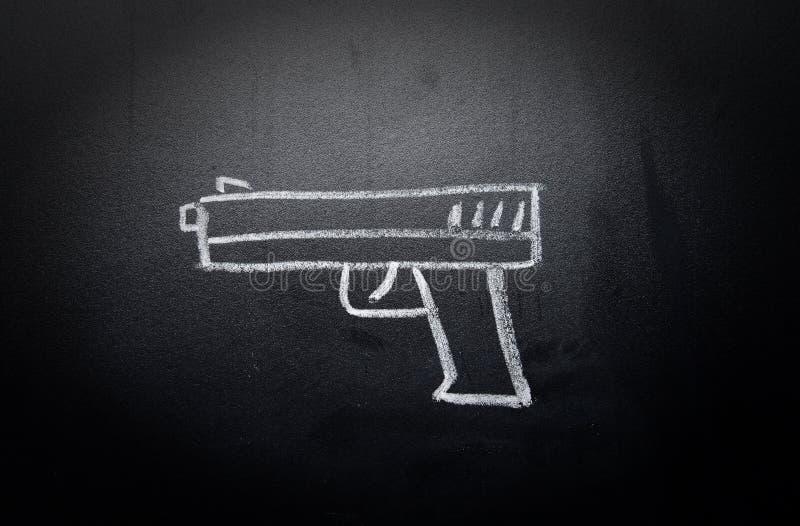 Broń remis wymazujący na blackboard - żadny przemoc pojęcie obrazy royalty free