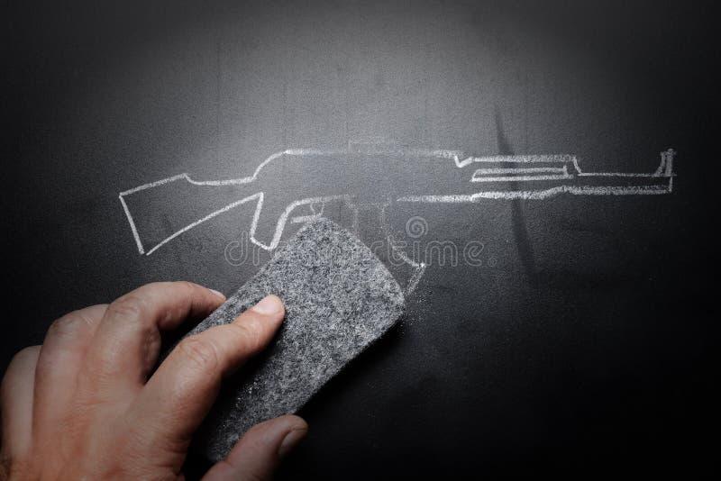 Broń remis wymazujący na blackboard - żadny przemoc pojęcie obrazy stock