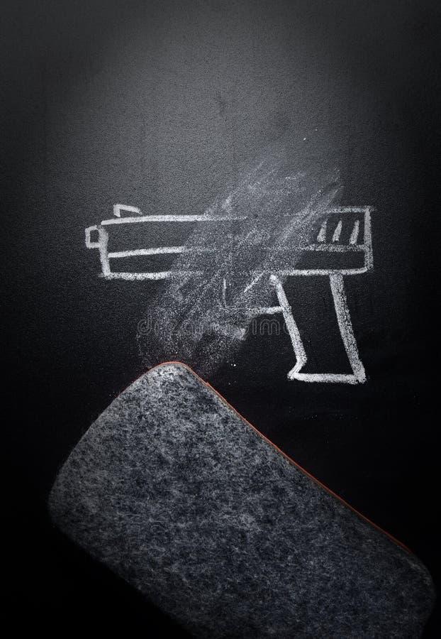 Broń remis wymazujący na blackboard - żadny przemoc pojęcie obraz royalty free