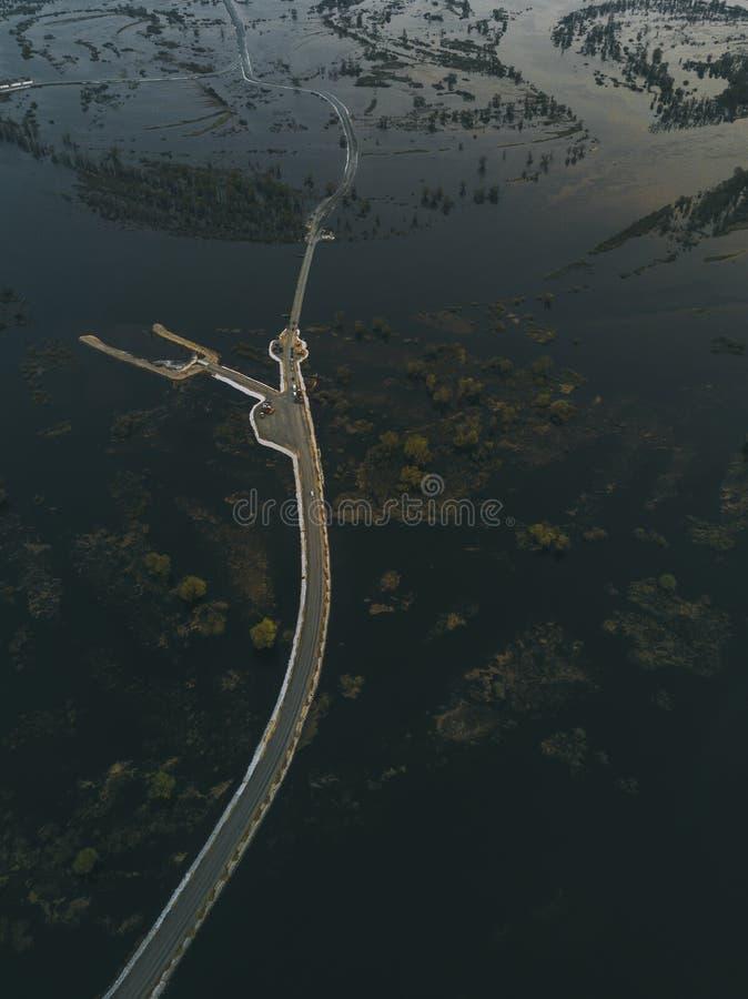 Bro över översvämmat landsområde Lyftande flodnivå fotografering för bildbyråer