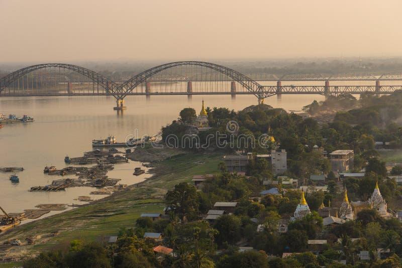 Bro över den Ayeyarwady floden på solnedgången, Sagaing region, Myanmar royaltyfri foto