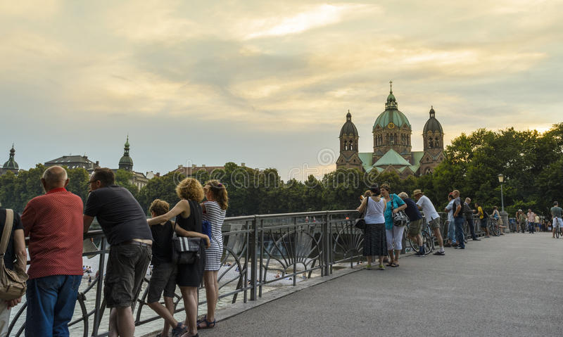 Bro över den Isar floden i Munich royaltyfria foton