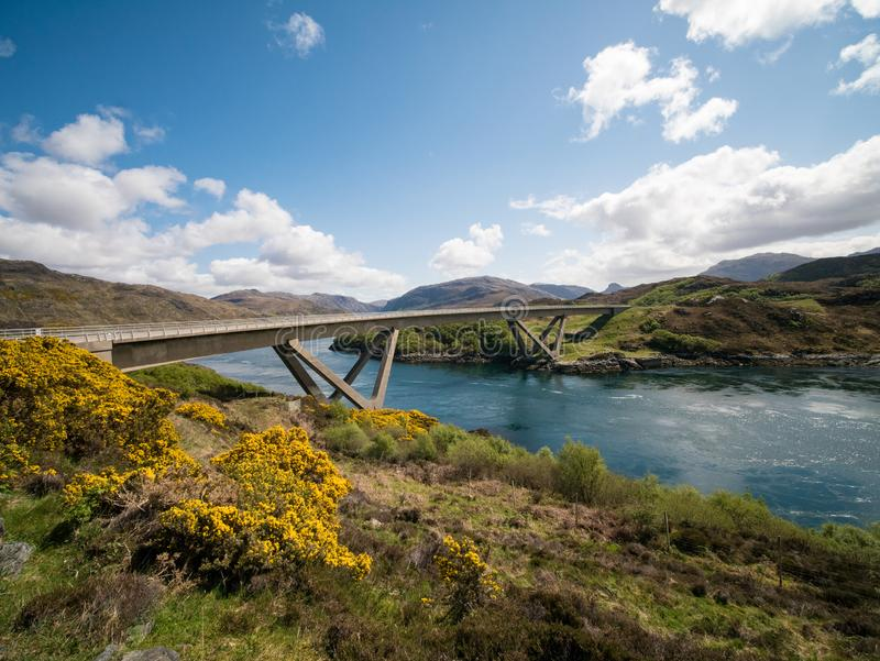 Bro över den snabba flödande floden Skottland arkivbild